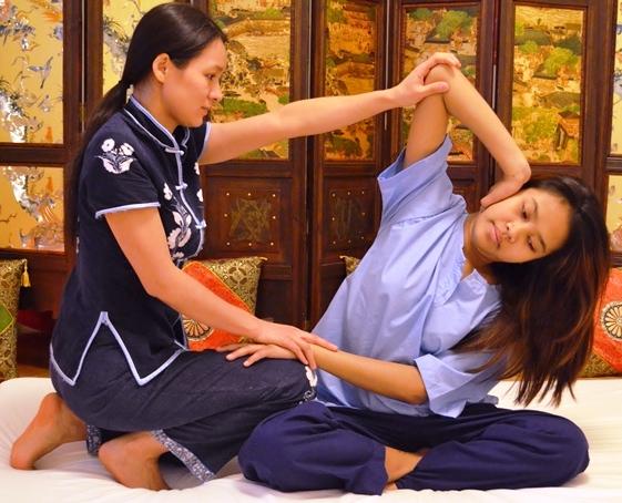 Розтягування і скручування у масажі